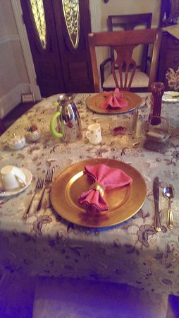 Claiborne House Bed and Breakfast: breakfast setting