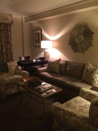 Eliot Hotel: Suite living room