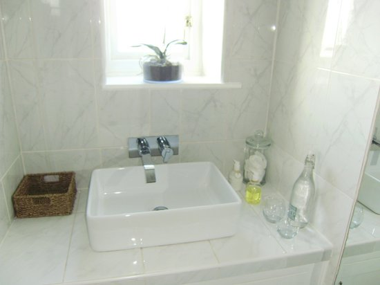 Wollaston Lodge Bed & Breakfast: our bathroom
