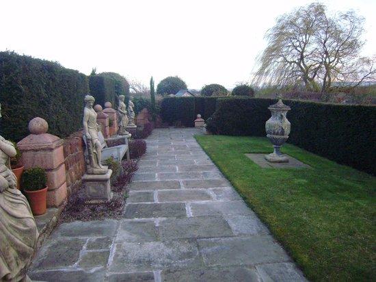Wollaston Lodge Bed & Breakfast: the gardens