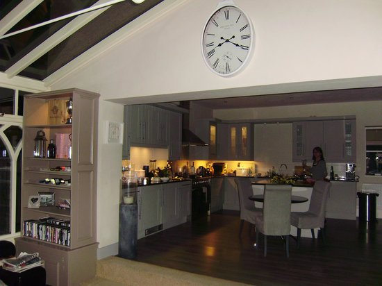 Wollaston Lodge Bed & Breakfast: sandy cooking in the kitchen of the lovely conservatory