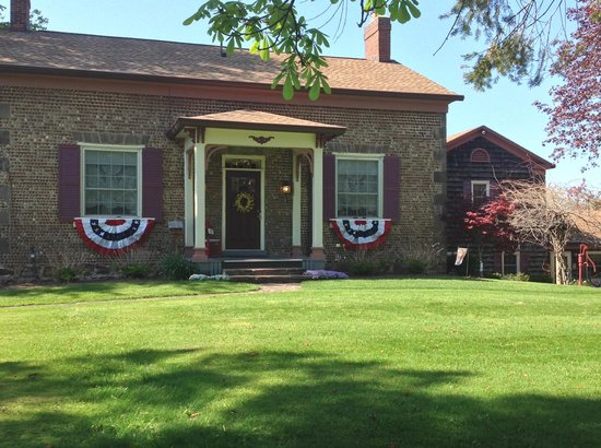 Maxwell Creek Inn Bed & Breakfast: Maxwell Creek Inn decorated for Memorial Day