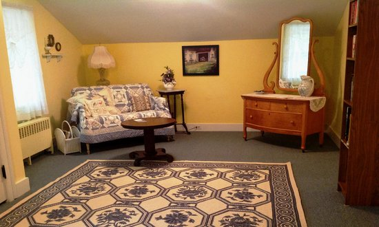 Maxwell Creek Inn Bed & Breakfast: Sitting area for the Mary Ellen Shumway Gaylord Room