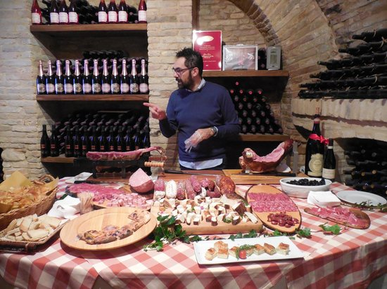 Bucchianico, Italia: Claudio providing some insight on the meats