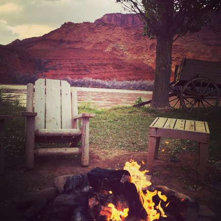 Sorrel River Ranch Resort: Evening fireside on the Colorado River at the Sorrel River Ranch