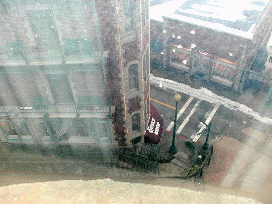 1905 Basin Park Hotel: Bottom street level of the same building opposite our corner suite window. Eureka Springs is stu