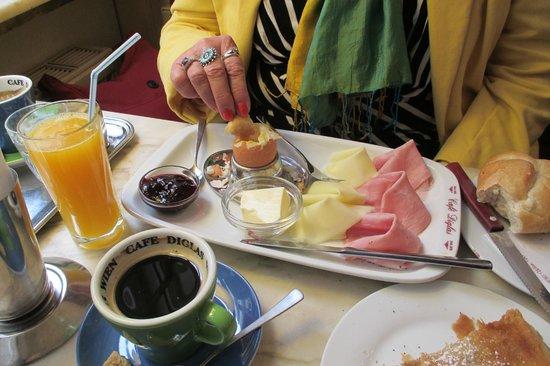 Cafe Diglas: Breakfast, big orange juice, tasty meats and cheese, and wonderful eggs.