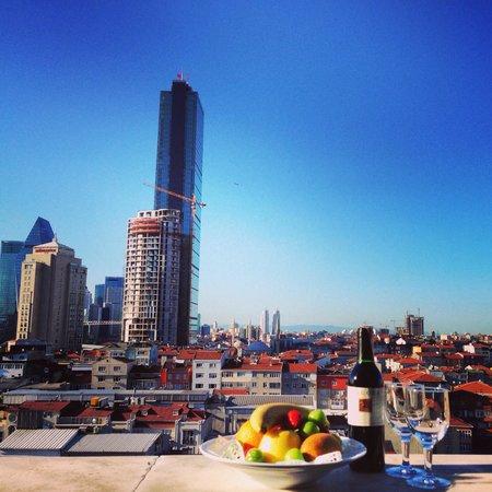 Bilek Hotel Istanbul: Meyve tabagi ve sarap ile mükkemel manzaramiz
