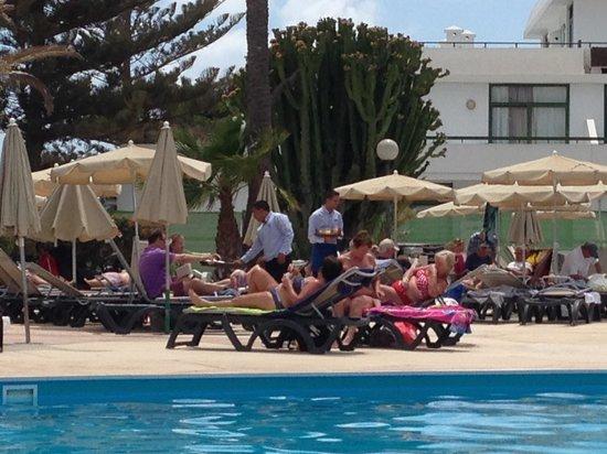 H10 Lanzarote Princess : service à la piscine