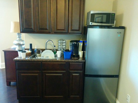 Oceanstone Resort: Kitchen with keurig to use and to go cups