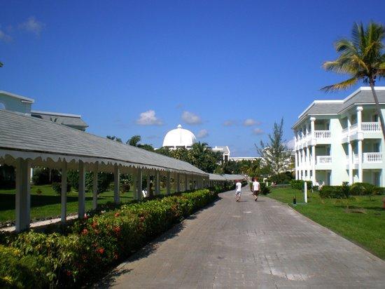 Grand Palladium Jamaica Resort & Spa: Walk between room complexes