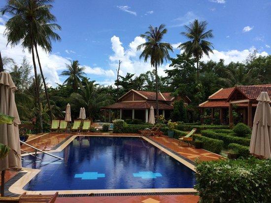 Cassia Cottage: Piscine n°1 (familiale) de l'hotel devant la beach house au fond