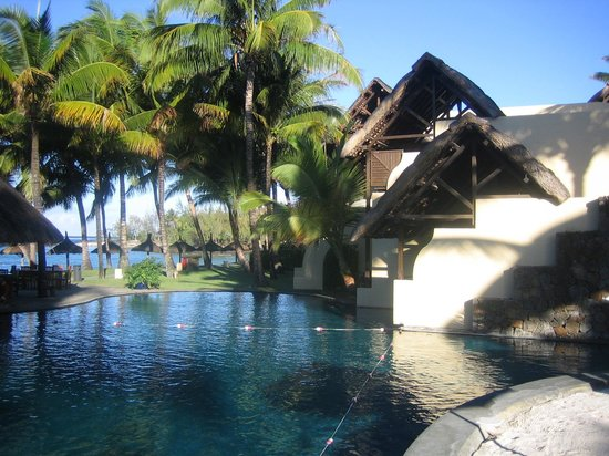 Constance Belle Mare Plage : Garden with rooms in front of the ocean