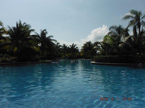Valentin Imperial Maya: Quiet Pool area