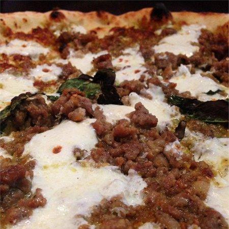 Keste : Pizza Pistacchio e Salsiccia (pistachio pesto, sausage, mozzarella, pecorino, basil & olive oil)