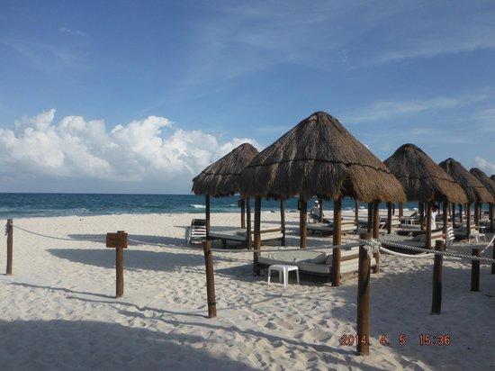 Valentin Imperial Maya: Privileged Rewards Cabanas on beach