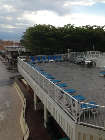 Fort Lauderdale Beach Resort : hot tub with long chairs