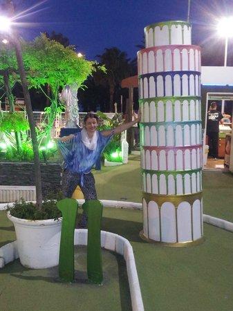 Parque de minigolf: Leaning tower
