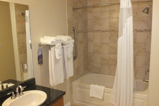 Holiday Inn Resort Grand Cayman: Bathroom in Suite