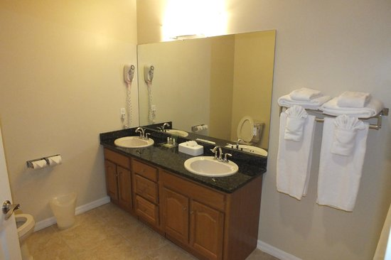 Holiday Inn Resort Grand Cayman: bathroom in regular room