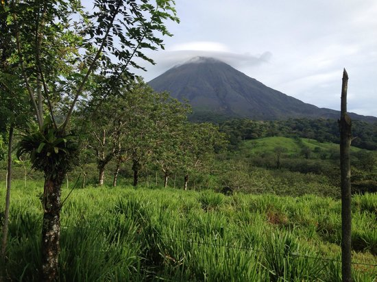Arenal Kioro Suites & Spa: The non active Volcano , Lucy to see it - obscured by clouds