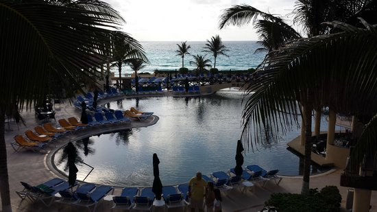 GR Solaris Cancun: Morning at the pool