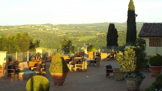 Castello del Nero Hotel & Spa: Pátio externo e vista da região