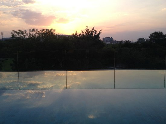 Trident Hyderabad: Pool at sunset