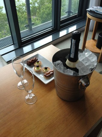 Crowne Plaza London - Docklands: A Gift from the Management!