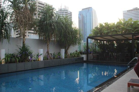 Park Plaza Bangkok Soi 18: La terrasse et la piscine au 8ème étage