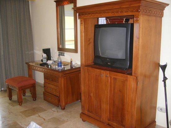 Grand Palladium Bavaro Suites Resort & Spa: 5* furniture and TV (joke)