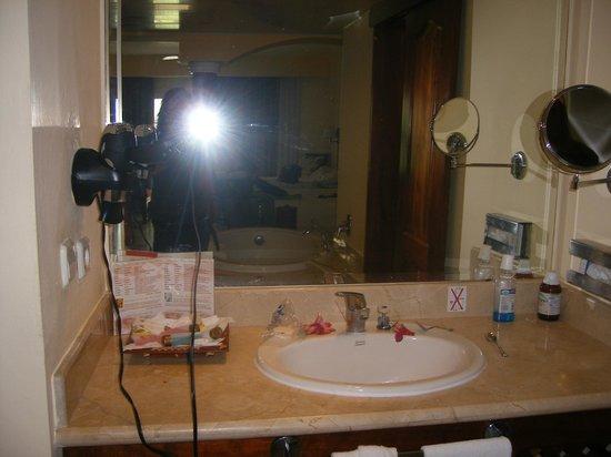 Grand Palladium Bavaro Suites Resort & Spa: sink with hairdryer and toiletries