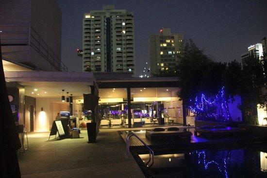 Park Plaza Bangkok Soi 18 : La terrasse sur le toit avec la salle de fitness, le jacuzzi et la piscine