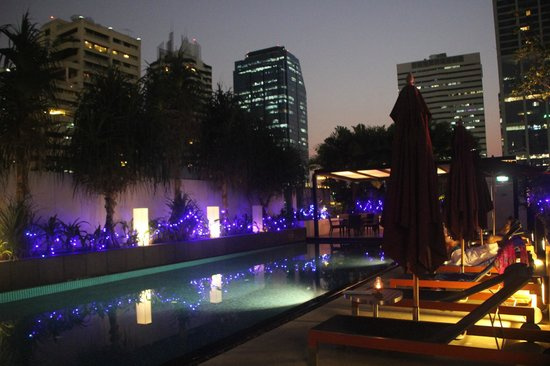 Park Plaza Bangkok Soi 18 : La terrasse et la piscine, le soir