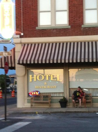 Hotel DeFuniak: Guest taking a romantic moment in front of the hotel