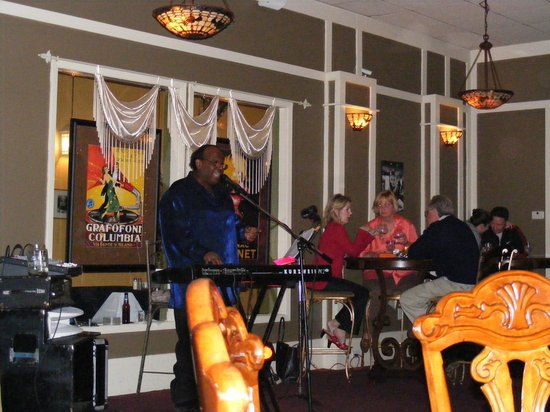 Hotel DeFuniak: Night life at Bogey's