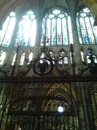 Santa Maria de Leon Cathedral: Beleza, luz e cor.