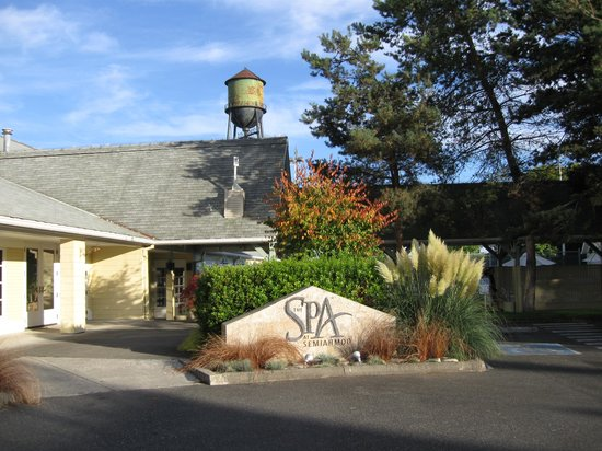 Semiahmoo Resort: front entrance