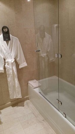 Hotel Santiago: Bath area separate from the toilet!