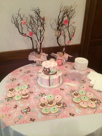 Best Western Eureka Inn: Cake table in Trolley Room for baby shower