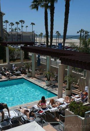 JW Marriott Santa Monica Le Merigot : The pool and beach are just a stones throw away