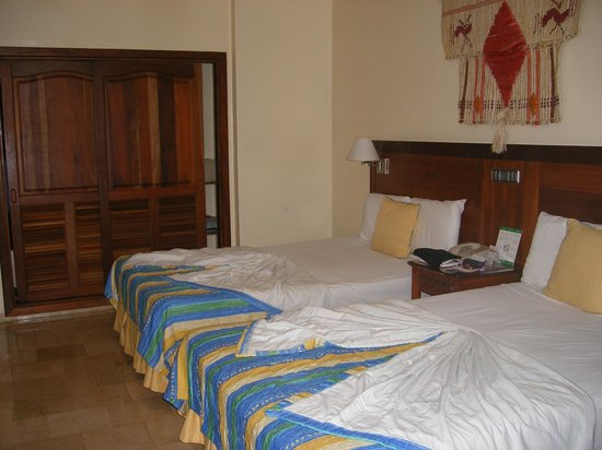 Grand Palladium Bavaro Suites Resort & Spa: first room we were in, pity it doesn't come with smell