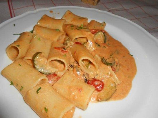 La Rustichella: calamarata crema di zucca, zucchine e cozze