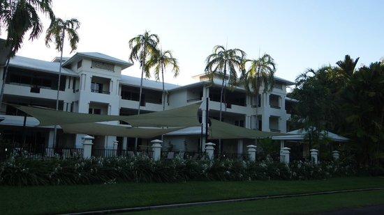 Mandalay & Shalimar Luxury Beachfront Apartments: Shade for pool goers.