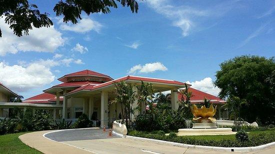 Dheva Mantra Resort : บริเวณด้านหน้ารีสอร์ท