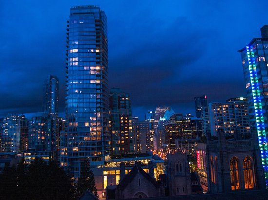 Century Plaza Hotel & Spa: Night view from our room