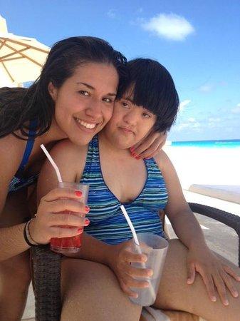 Mia Cancun: en la alberca ( pequeña) y frente a la playa limpia, tranquilidad y buen precio por el servicio