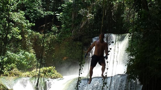 YS Falls : going off the rope swing into the YS river