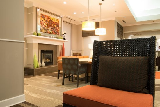 Hilton Garden Inn Albuquerque North/Rio Rancho: The hotel lobby and fireplace