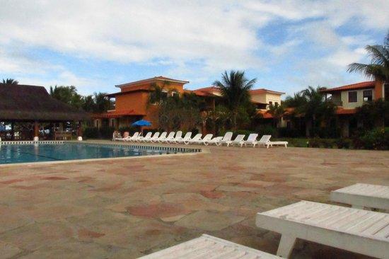 Costa Brasilis All Inclusive Resort & Spa : piscina com raia e parte do casarão principal